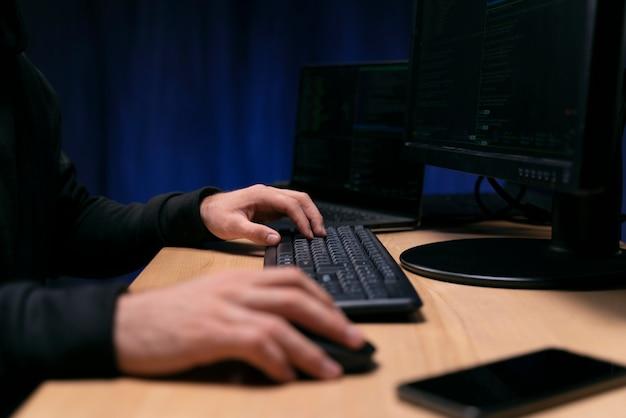 Крупным планом рука печатает на клавиатуре