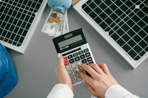 Chiudere la mano digitando sulla calcolatrice tascabile