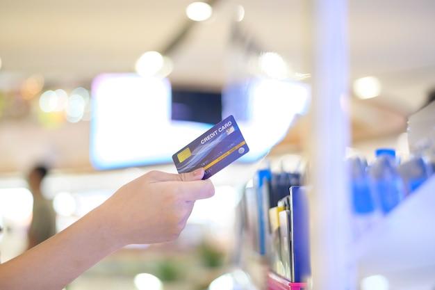 Закройте руку с помощью кредитной карты в торговом центре