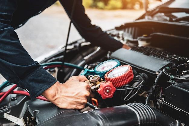 Закройте руку, используя манометр для заполнения старых автомобильных кондиционеров.