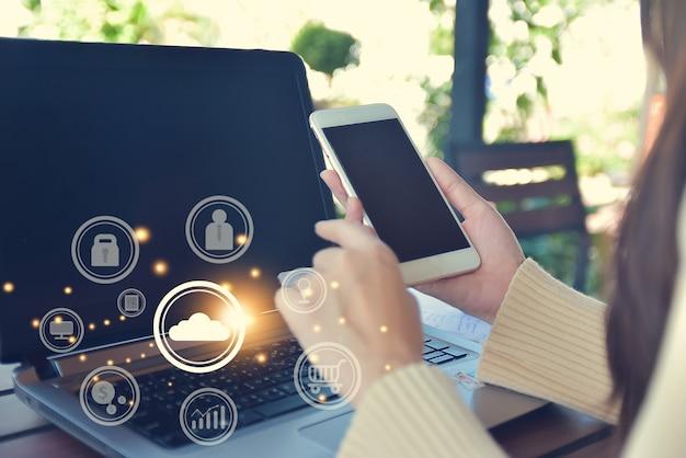 Крупным планом рука с помощью технологии приложений для смартфонов