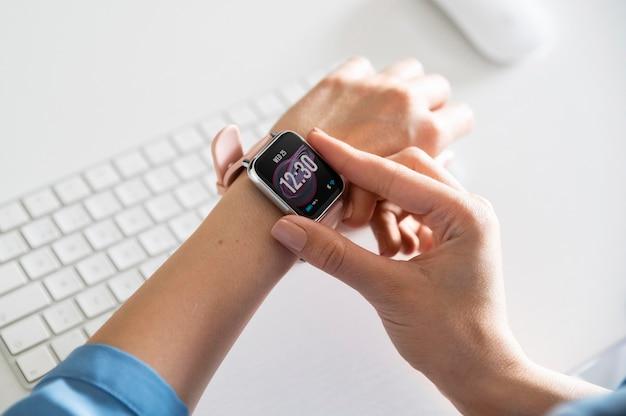 Chiudere la mano usando lo smartwatch