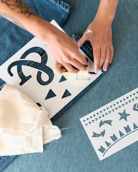 Рука крупным планом, использующая губку для рисования