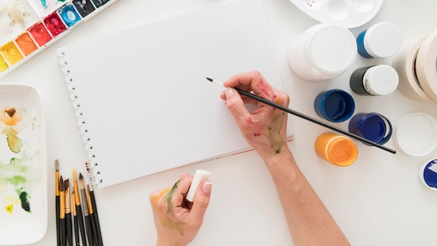 Рука крупным планом с пятнами краски
