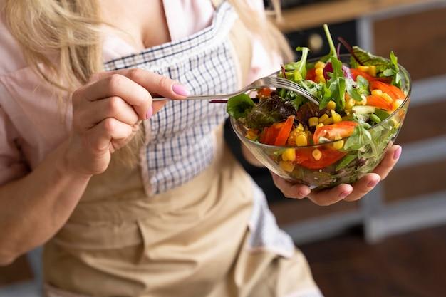 Закройте руку с салатником