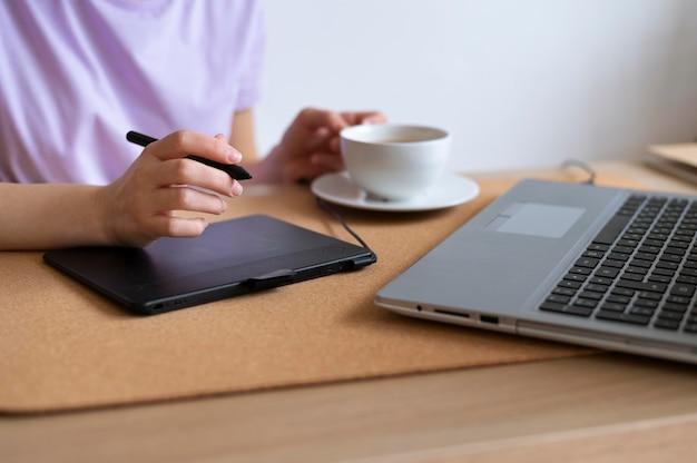 Крупным планом рука, работающая с планшетом для рисования