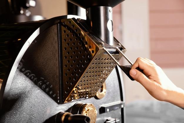 機械で作業するクローズアップの手 無料写真