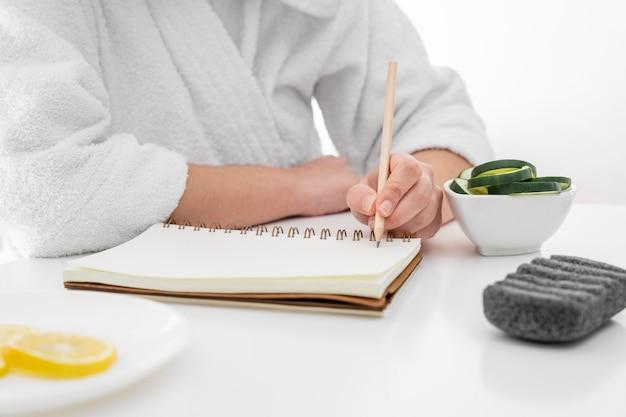 Scrittura della mano del primo piano sul taccuino