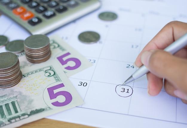 Крупным планом почерк на календаре с монетой