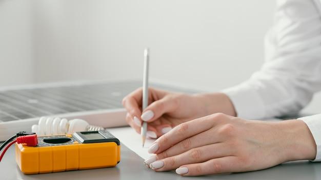 紙に手書きをクローズアップ