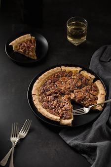 Crostata di noci di pecan fatta a mano del primo piano su un piatto