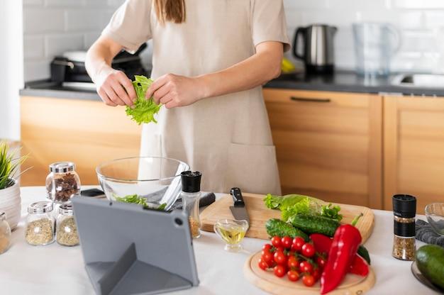 Крупным планом руки ломая салат