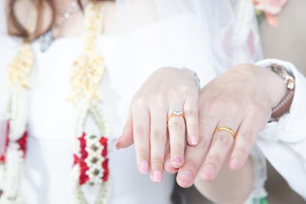Крупным планом руки невеста и жених