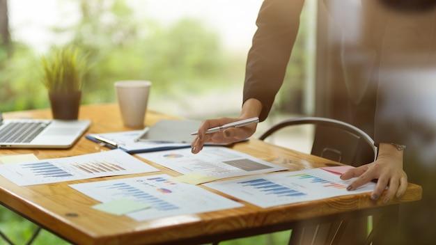 서류를 분석하는 세미나 재무 작업자를 위해 문서를 준비하는 손 비즈니스 여성을 닫습니다