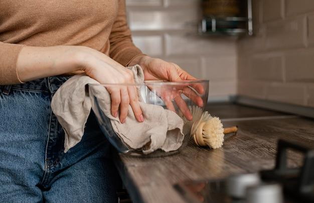 Крупным планом руки чистящая миска