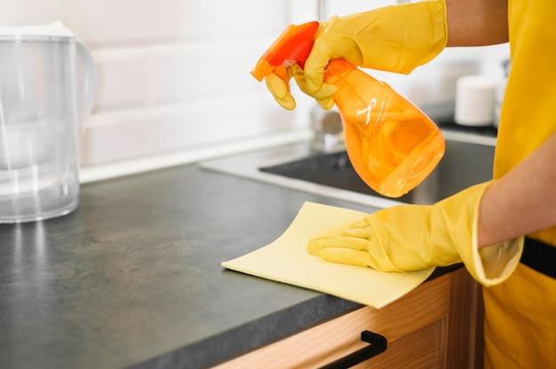 Primo piano mani pulizia gabinetto