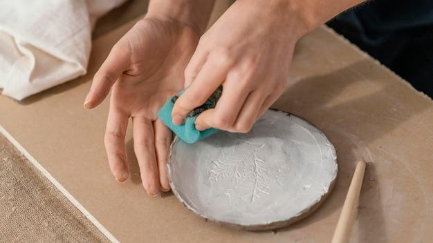 Primo piano mani pulizia piatto