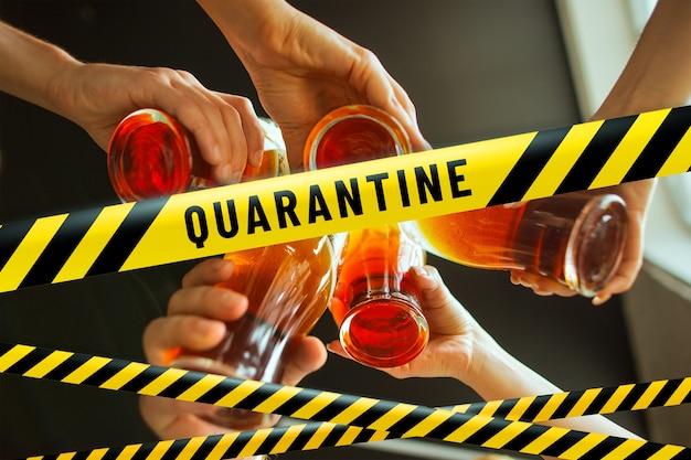 Закройте руки, чокаясь с пивными лентами. lockdown, coronavirus, quarantine, warning - закрытие баров, ресторанов и ночных клубов во время пандемии. низкая общественная жизнь, запрет групповых встреч.