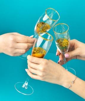 Chiudere le mani tintinnio di bicchieri