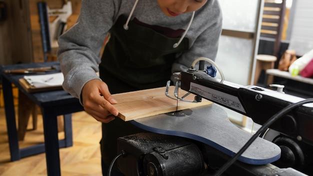 Chiudere le mani che tagliano con il legno
