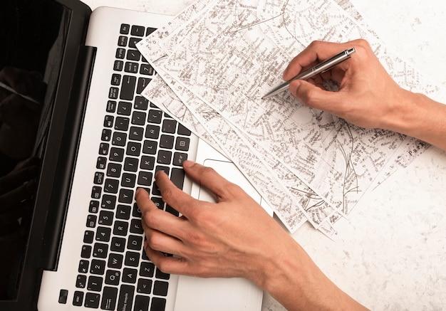 Mani del primo piano al concetto di viaggio dello scrittorio