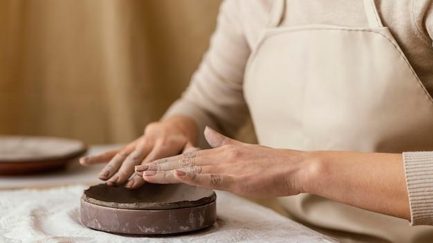 Руки крупным планом делают керамику