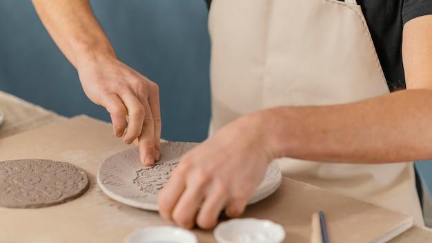 陶器をしているクローズアップの手