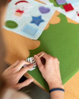 材料に葉を描くクローズアップの手