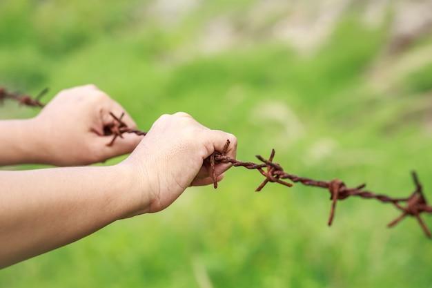 오래 된 금속 녹슨 철에 걸려 손을 닫습니다