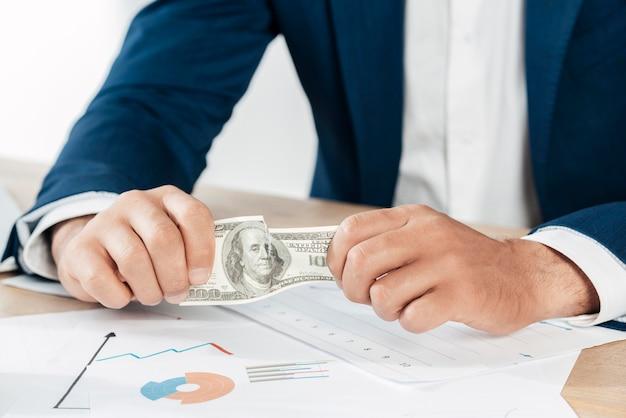 Крупным планом руки держат банкноту