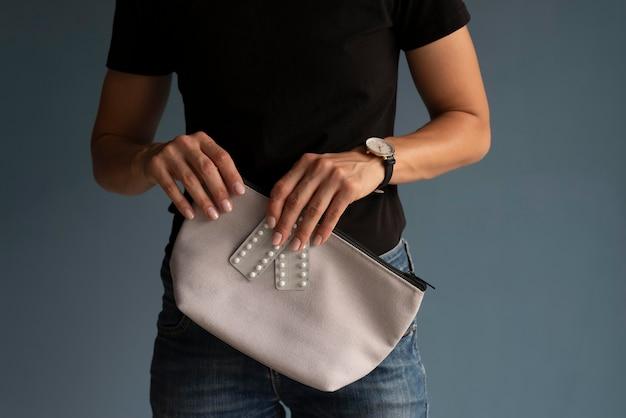 Mani ravvicinate che tengono la borsa di bellezza