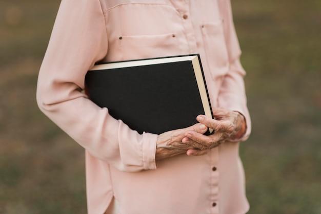 Крупным планом руки, держа книгу
