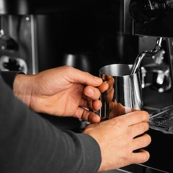 Крупным планом руки, держа чашку кофе