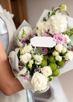 꽃 꽃다발을 들고 손을 닫습니다