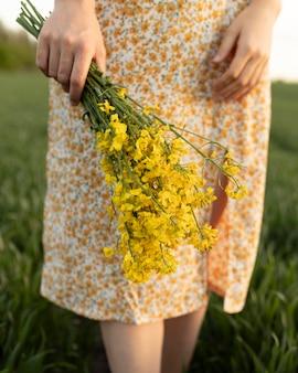 Chiudere le mani che tengono i fiori