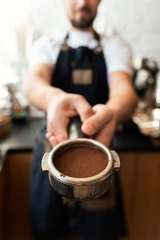 Grinded 커피를 들고 손을 닫습니다