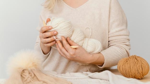 뜨개질 원사를 들고 근접 손