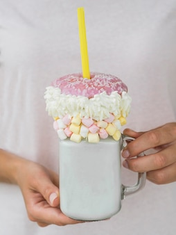 Макро руки держат банку молочного коктейля