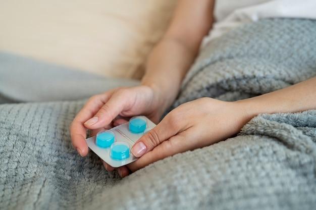 Chiudere le mani che tengono le pillole