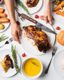 Крупным планом руки держат тарелку с индейкой