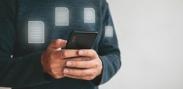 스마트폰을 들고 손을 닫습니다. 인터넷.기술 비즈니스 투자 개념에서 마케팅 및 검색 데이터 및 소셜 미디어를 위해 휴대폰을 사용하는 남자