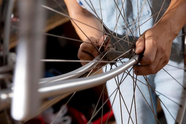 Крупным планом руки, держащие колесо