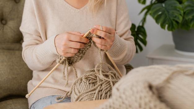 Вязание крупным планом руками