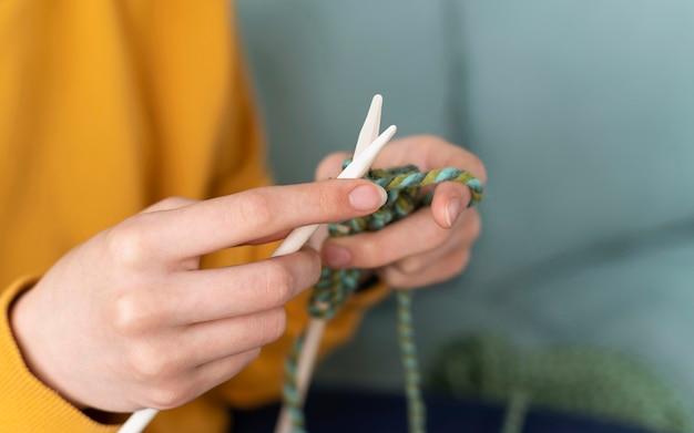 뜨개질을하는 손을 닫습니다