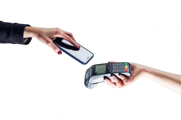Закройте вверх руки, делая бесконтактную оплату смартфона .. изолированный белый