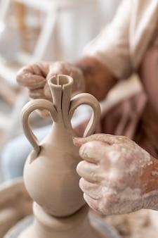 土鍋を作る手を閉じる