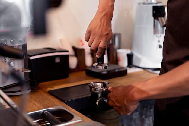 コーヒーを作る手をクローズアップ