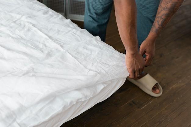 침대를 만드는 손을 닫습니다