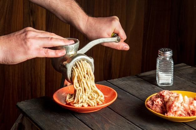 요리사의 클로즈업 손에 음식을 준비합니다.