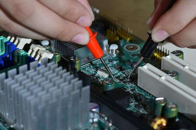 Cpuコンピューターを修復するサービスワーカーの手を閉じる